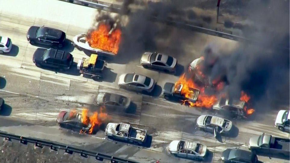 ΗΠΑ: Μεγάλη πυρκαγιά κατέκαψε 20 οχήματα σε αυτοκινητόδρομο