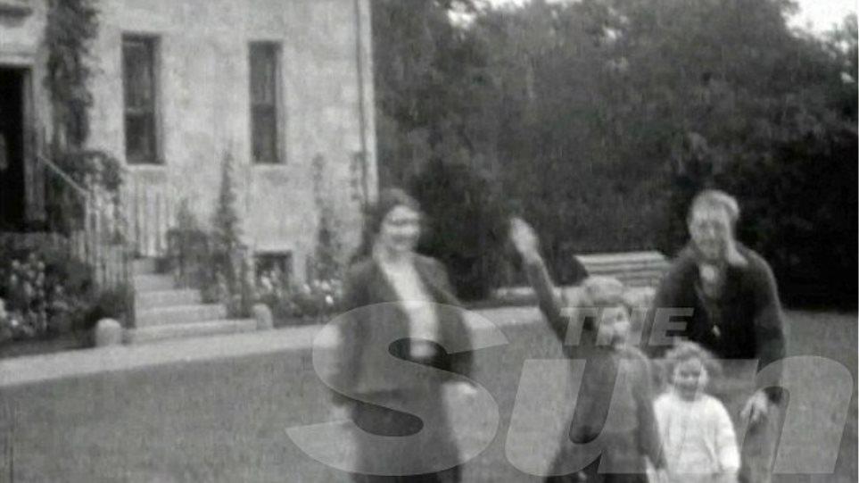 Φωτογραφία: Η Βασίλισσα Ελισάβετ μαθαίνει να χαιρετά ναζιστικά σε ηλικία επτά ετών