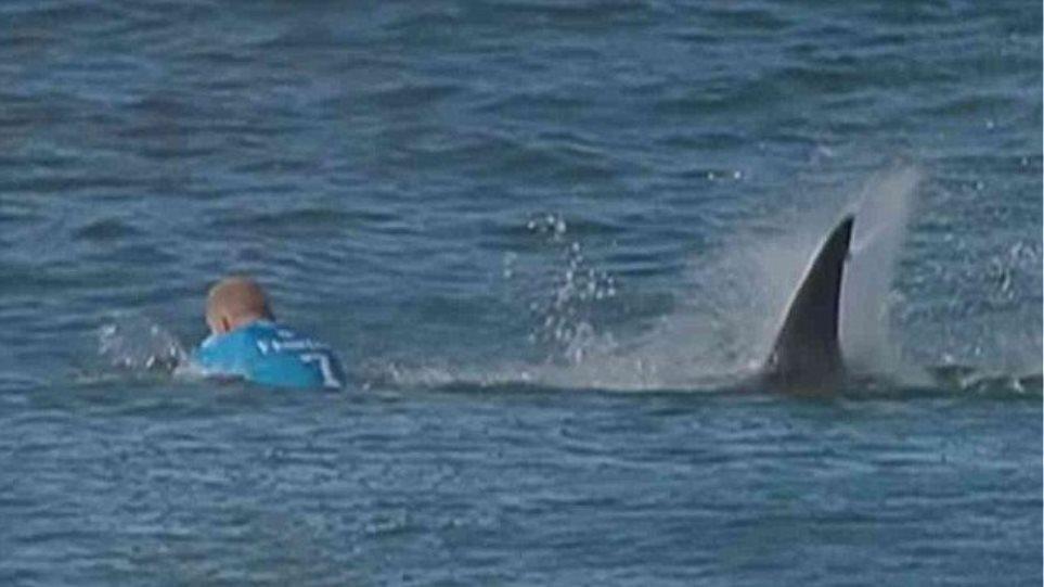 Συγκλονιστικό βίντεο: Καρχαρίας επιτίθεται σε διάσημο σέρφερ την ώρα που διαγωνίζεται