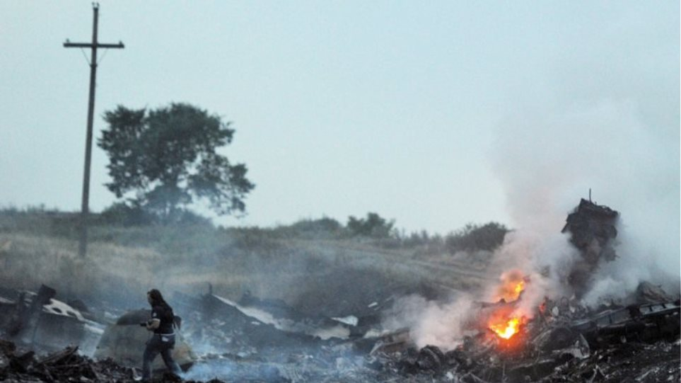Βίντεο-σοκ δευτερόλεπτα μετά τη συντριβή του αεροπλάνου των Μαλαισιανών γραμμών στην Ουκρανία