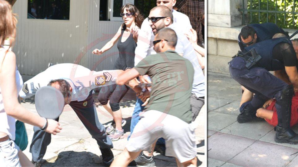 «Τσουβάλιασαν» πολίτη, άφησαν τους αναρχικούς να «αλωνίζουν» έξω από το Μαξίμου