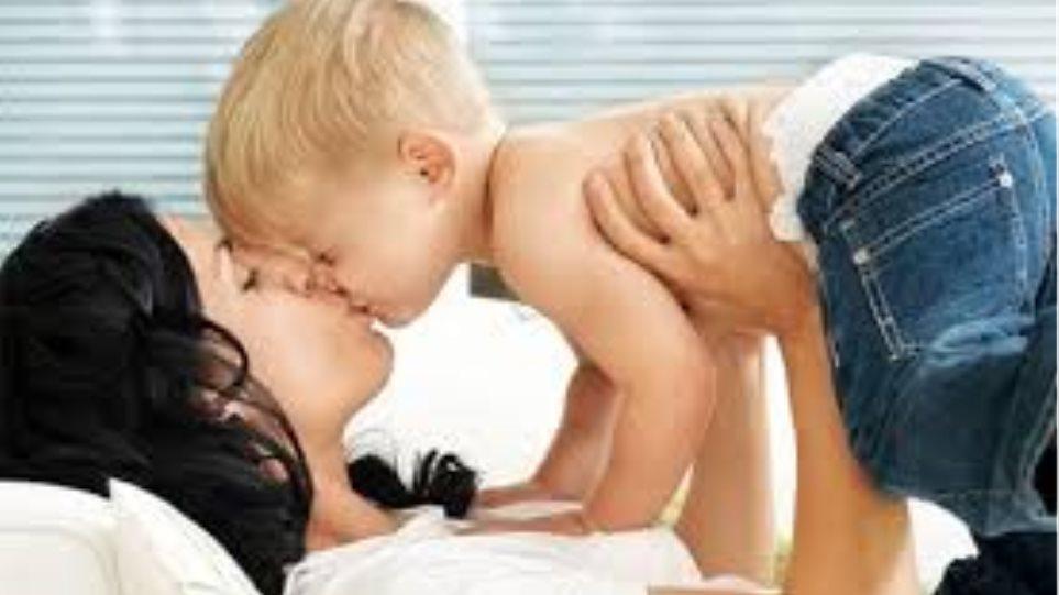 Αποτέλεσμα εικόνας για φιλι παιδι στομα γονιος