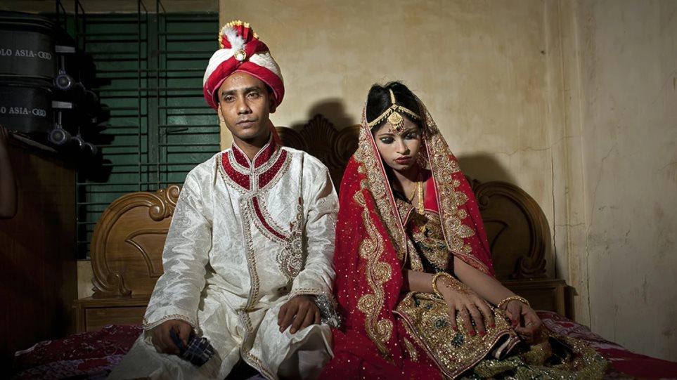 64c6f7328081 Μπαγκλαντές  Σοκάρουν οι φωτογραφίες της ανήλικης νύφης με τα θλιμμένα μάτια