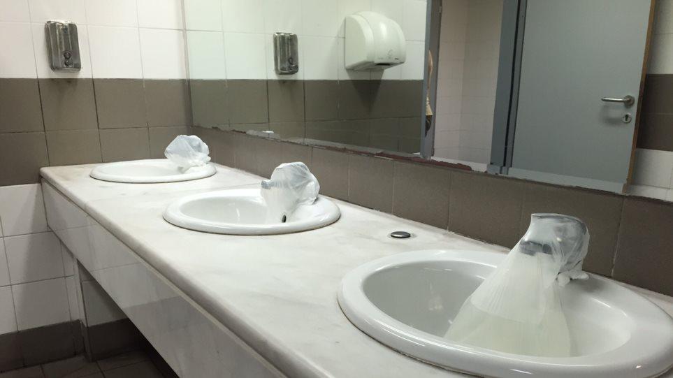 Μύκονος: Μετά το «κράξιμο» του Ντίξον, έκαναν λαμπίκο τις τουαλέτες