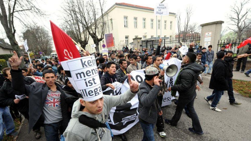 Αυστρία: Μεγάλη διαδήλωση στη Βιέννη για τους 71 νεκρούς μετανάστες