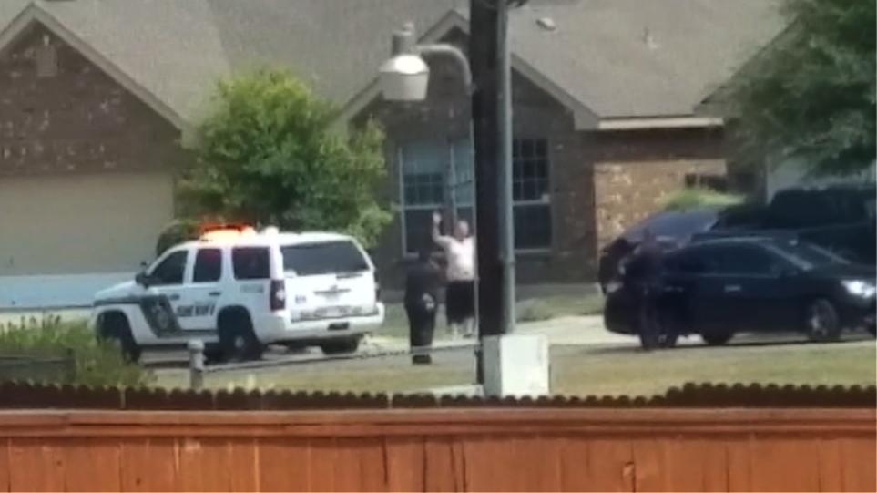 Βίντεο: Σάλος στις ΗΠΑ με αστυνομικούς που πυροβολούν άνδρα με τα χέρια ψηλά
