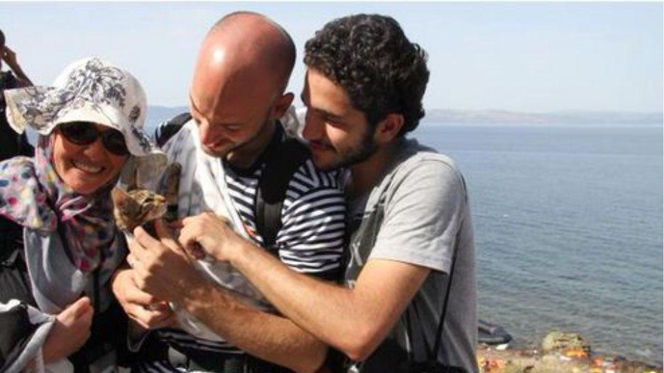 Σύρος πρόσφυγας έφτασε στην Λέσβο μαζί με τo... γατάκι του
