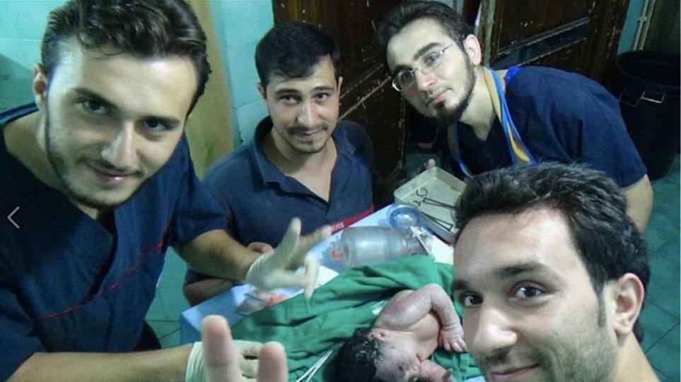 Συγκλονιστικό βίντεο: Μωρό γεννιέται με θραύσμα στο κεφάλι μετά από βομβαρδισμό στη Συρία