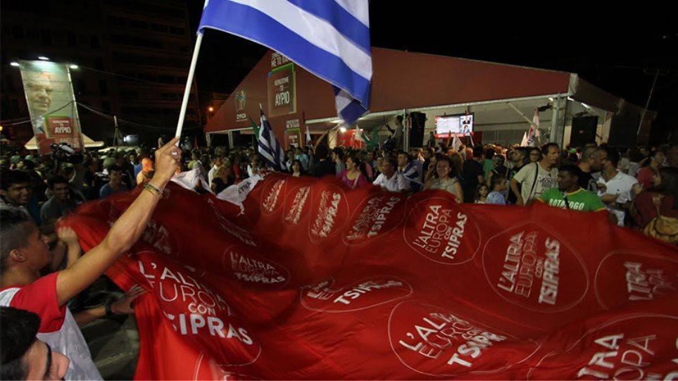 Πανηγυρισμοί στην Κλαυθμώνος για τη νίκη του ΣΥΡΙΖΑ