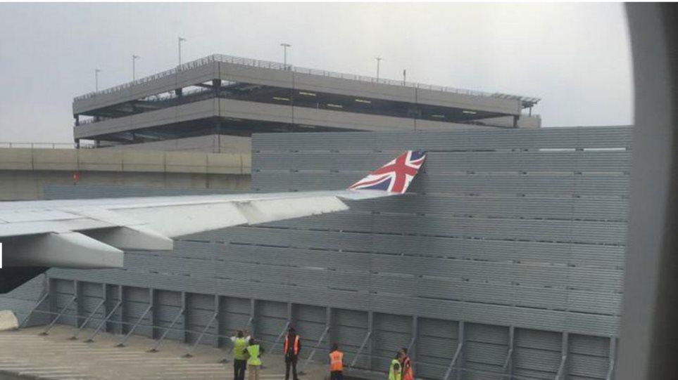 Λονδίνο: Αεροπλάνο της Virgin Atlantic χτύπησε το φτερό του σε... φράχτη