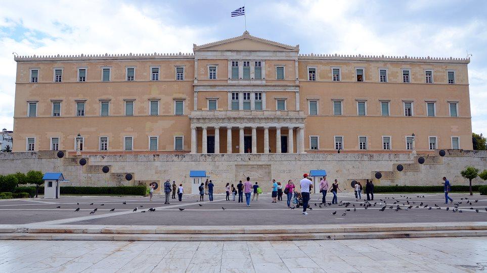 Le Monde: Η Ελλάδα αγωνίζεται να βγάλει το κεφάλι της από το νερό