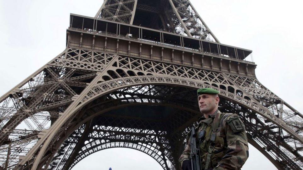 Τρεις... αλεξιπτωτιστές απέκλεισαν για ώρες τον Πύργο του Άιφελ!