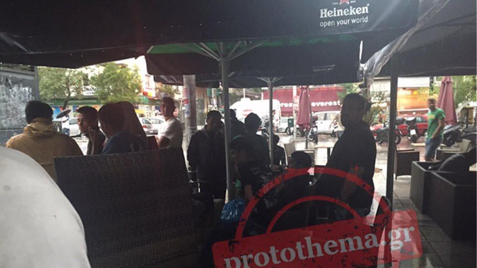 Στο έλεος της κακοκαιρίας οι μετανάστες στην Πλατεία Βικτωρίας