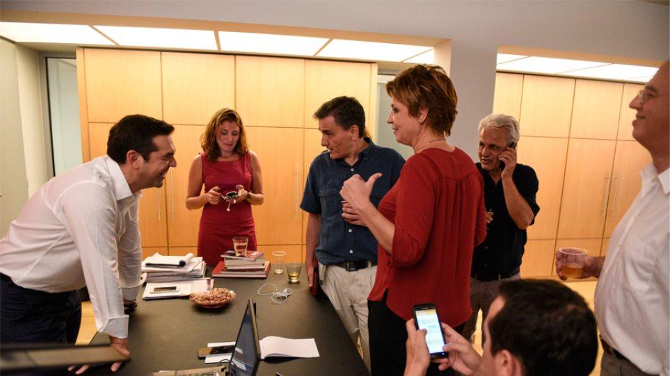Φωτογραφίες: Ο Τσίπρας στο γραφείο του γιορτάζει τη νίκη του