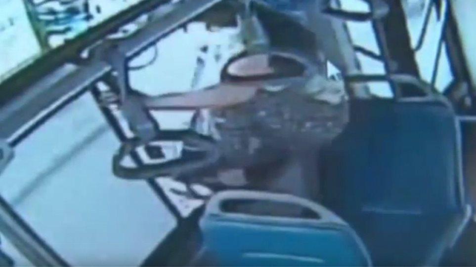 Βίντεο: Έχασε τη στάση της και πήδηξε από το παράθυρο του λεωφορείου εν κινήσει
