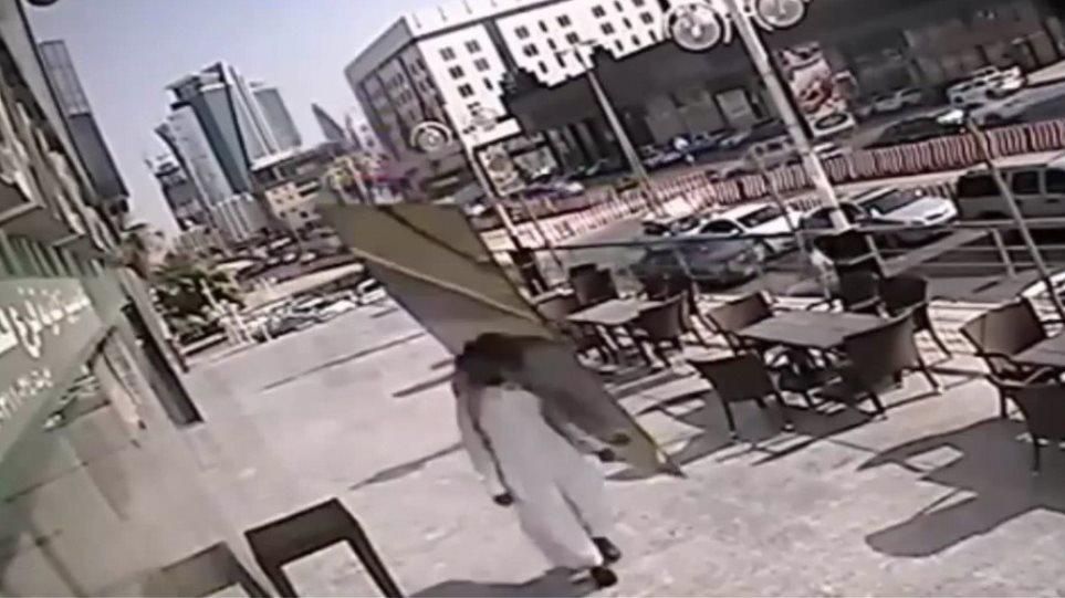 Βίντεο: Γλίτωσε κυριολεκτικά «παρά τρίχα» από τζάμι... εξ ουρανού!