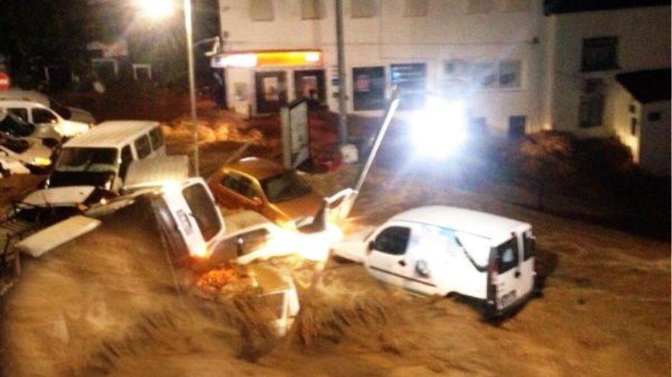 Βίντεο: Ορμητικά νερά παρασύρουν αυτοκίνητα στην Αλικαρνασσό