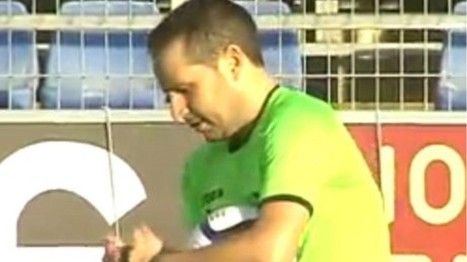 Βίντεο: Σφήκα τσίμπησε τον διαιτητή του Πλατανίας-Ηρακλής λίγο πριν τη σέντρα