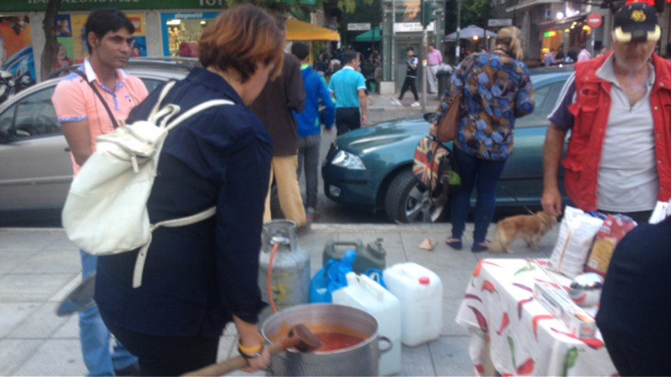 Κοινωνική κουζίνα για τους πρόσφυγες στην πλατεία Βικτωρίας
