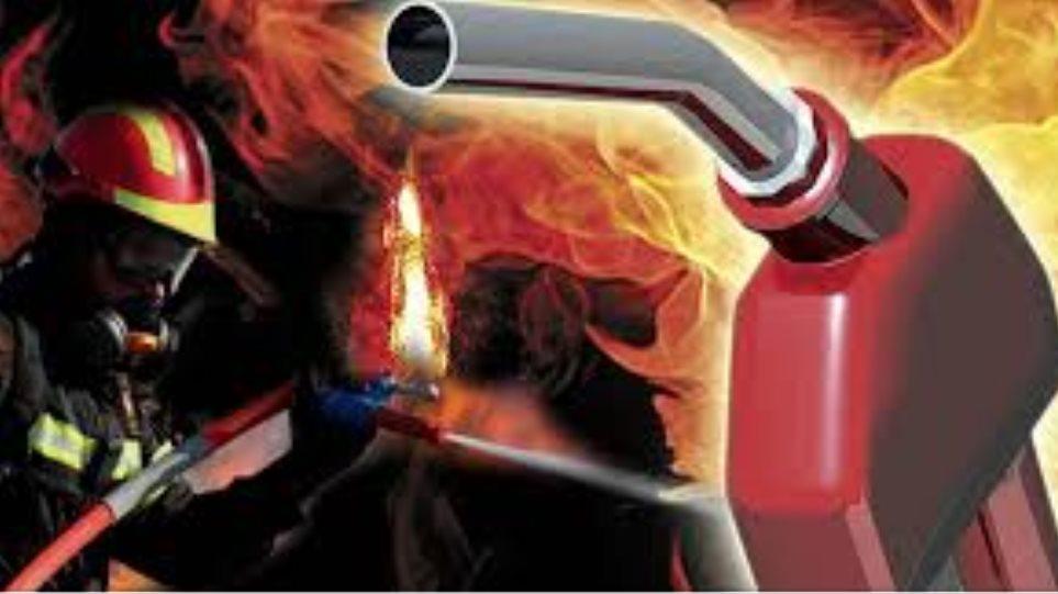 Ρέθυμνο: Μάχη με τις φλόγες σε αποθήκη πρατηρίου καυσίμων