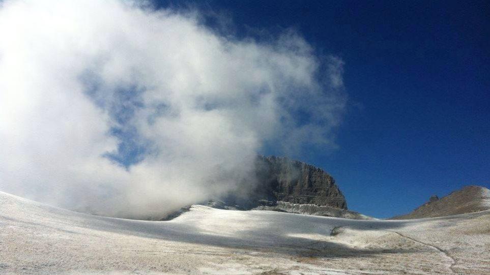 Έπεσαν τα πρώτα χιόνια στον Όλυμπο! - Δείτε την εικόνα στην κορυφή του βουνού