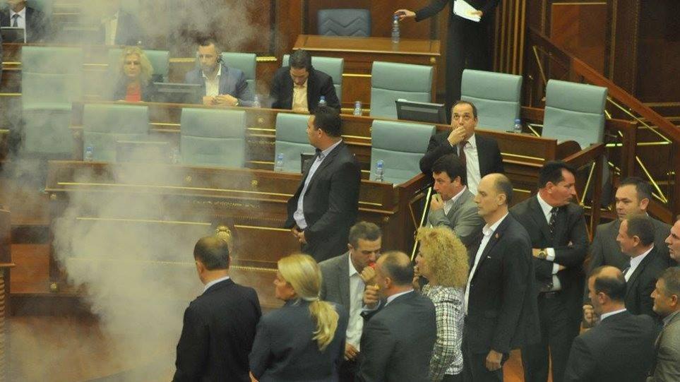 Κόσοβο: Βουλευτής της αντιπολίτευσης έριξε δακρυγόνο στη διάρκεια συνεδρίασης της Βουλής