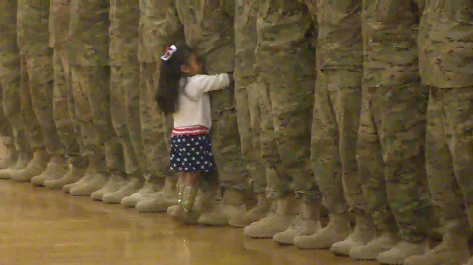 Συγκινητικό βίντεο: Τρίχρονη διακόπτει στρατιωτική τελετή για να αγκαλιάσει τον μπαμπά της