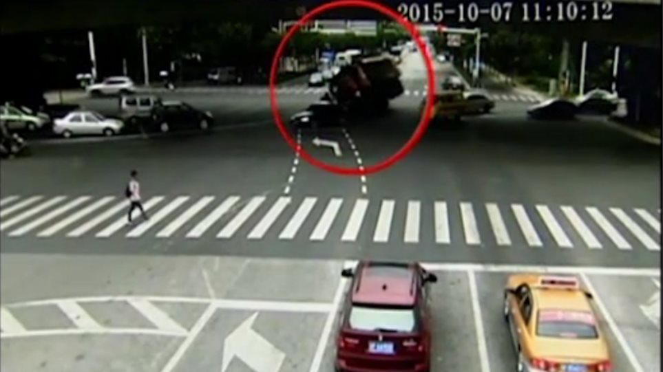 Βίντεο: Απίστευτο σκηνικό, δείτε πως «απέδρασε» ένα μηχανάκι από ανατροπή φορτηγού