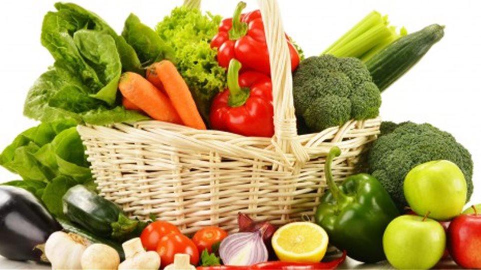 Προετοιμάζοντας τα λαχανικά για σαλάτες ή μαγείρεμα