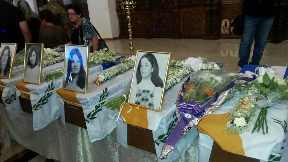 Κύπρος: Κατάμεστη η εκκλησία για την κηδεία αγνοουμένων της εισβολής