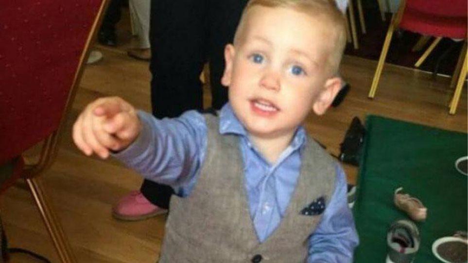 «Έσβησε» ο δίχρονος που πνίγηκε από σταφύλι σε κατάστημα της Pizza Hut