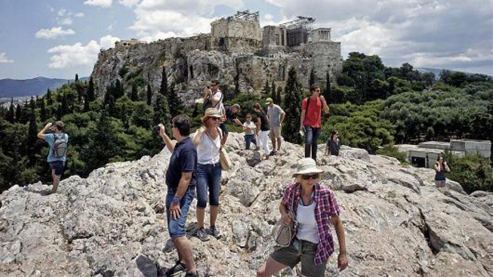 CNBC: Οι τουρίστες θα πληρώνουν ακριβότερα την ελληνική ιστορία