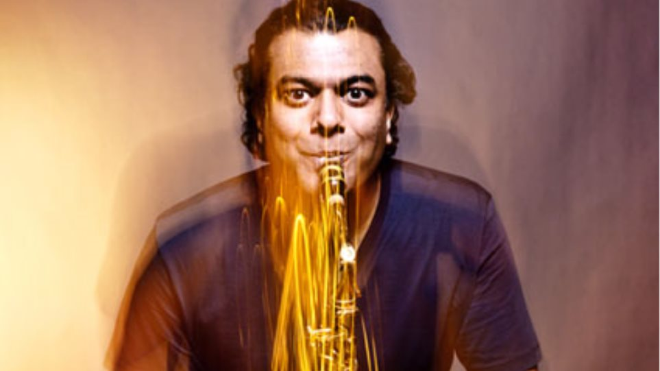 O σαξοφωνίστας Ρούντρες Μαχάνταππα, που «πειράζει» τον Τσάρλι Πάρκερ στην Αθήνα