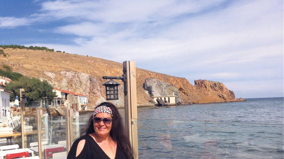 Μαρία Εκμεκτσίογλου: Ξενάγηση στην Τένεδο με τη «Μάγισσα της Πόλης»