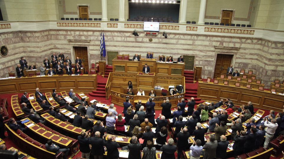 Σφοδρή σύγκρουση για το πολυνομοσχέδιο στη Βουλή