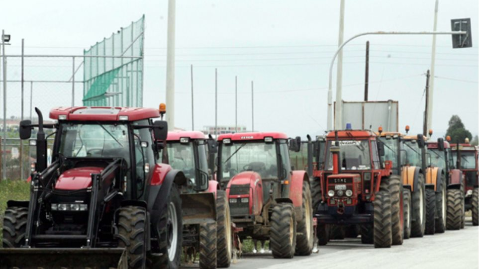 «Ζεσταίνουν» τις μηχανές των τρακτέρ τους αγρότες και κτηνοτρόφοι