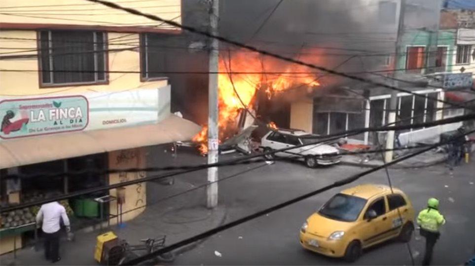 Βίντεο: Πέντε νεκροί από πτώση αεροπλάνου σε κατοικημένη περιοχη στην Κολομβία