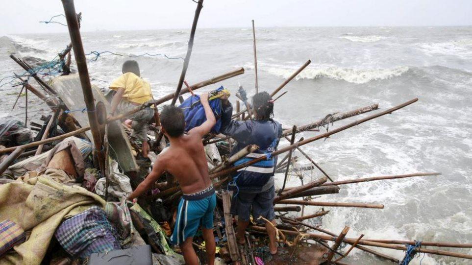 Φιλιππίνες: Στις στέγες των σπιτιών τους οι κάτοικοι περιμένουν βοήθεια