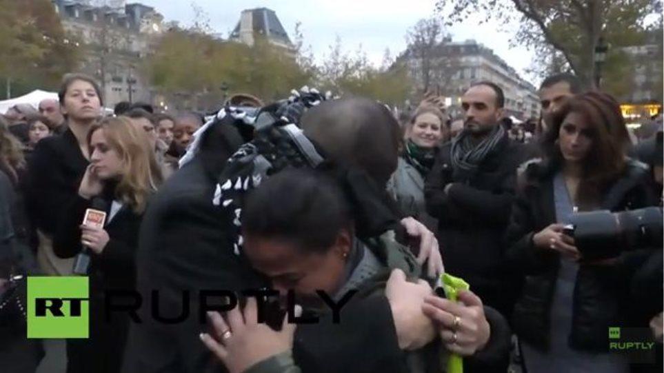 Βίντεο: Μουσουλμάνος στέκεται στο Παρίσι με τα μάτια δεμένα και ζητά μια αγκαλιά