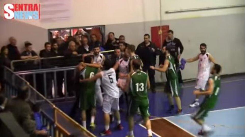 Βίντεο: Σε ρινγκ μετέτρεψαν οι παίκτες το κλειστό της Καστοριάς