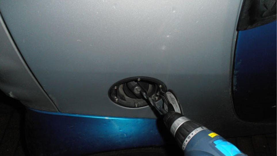 Αμφιλοχία: Αδειάζουν τα ρεζερβουάρ οχημάτων χρησιμοποιώντας τρυπάνι!