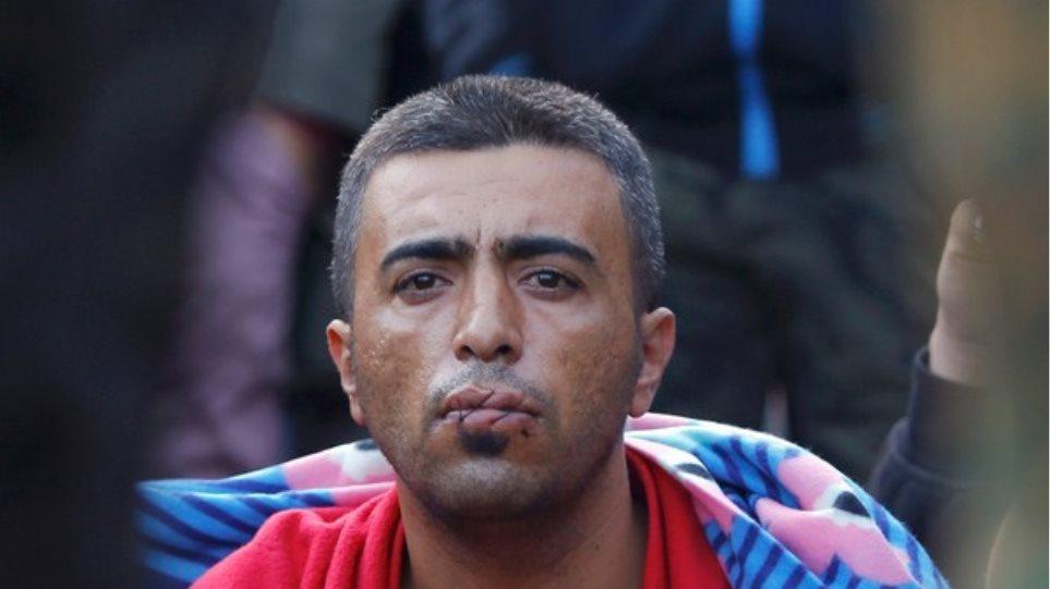Ειδομένη: Μετανάστες σε απόγνωση ράβουν το στόμα τους περιμένοντας στα σύνορα