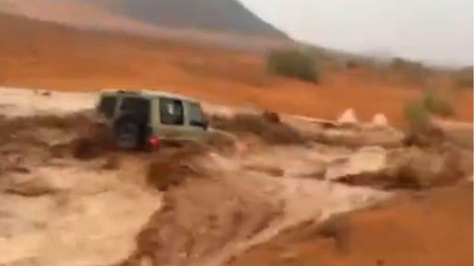 Βίντεο: Τζιπ γίνεται «καρυδότσουφλο» στα ορμητικά νερά μέσα στην... έρημο