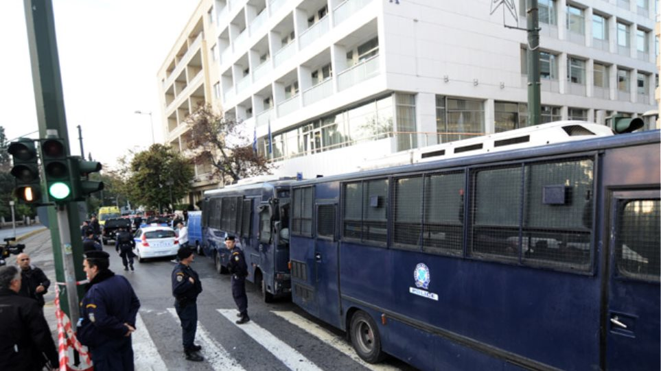 Έκρηξη στα γραφεία του ΣΕΒ: Στη στάση Νέος Κόσμος σταματούν οι συρμοί του τραμ