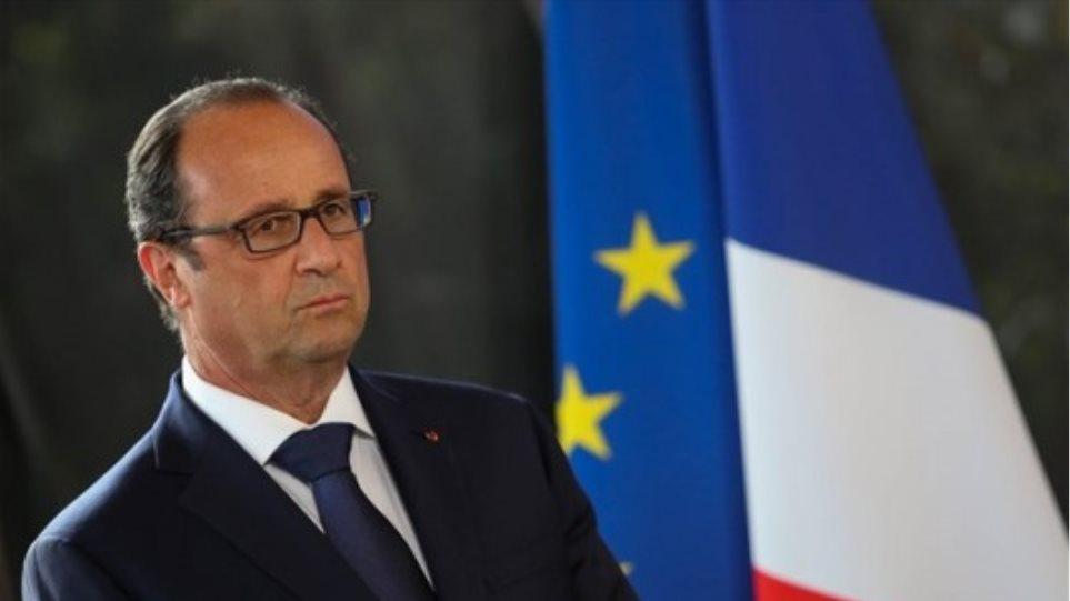 Γαλλία: Ο Ολάντ καλεί τους Γάλλους να υψώσουν γαλλικές σημαίες στη μνήμη των θυμάτων