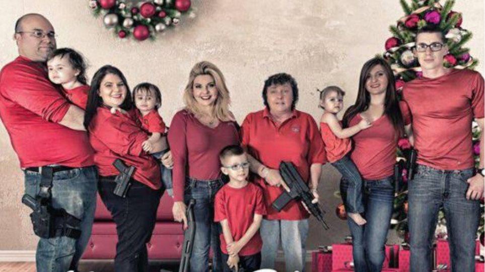 Απίστευτη εικόνα: Η ευχετήρια κάρτα μιας οικογένειας με το... οπλοστάσιό της