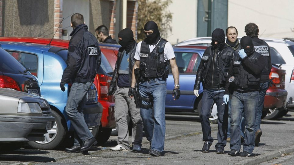 Γαλλία: Βρέθηκαν όπλο, σφαίρες για καλάσνικοφ και προπαγανδιστικά βίντεο σε τζαμί