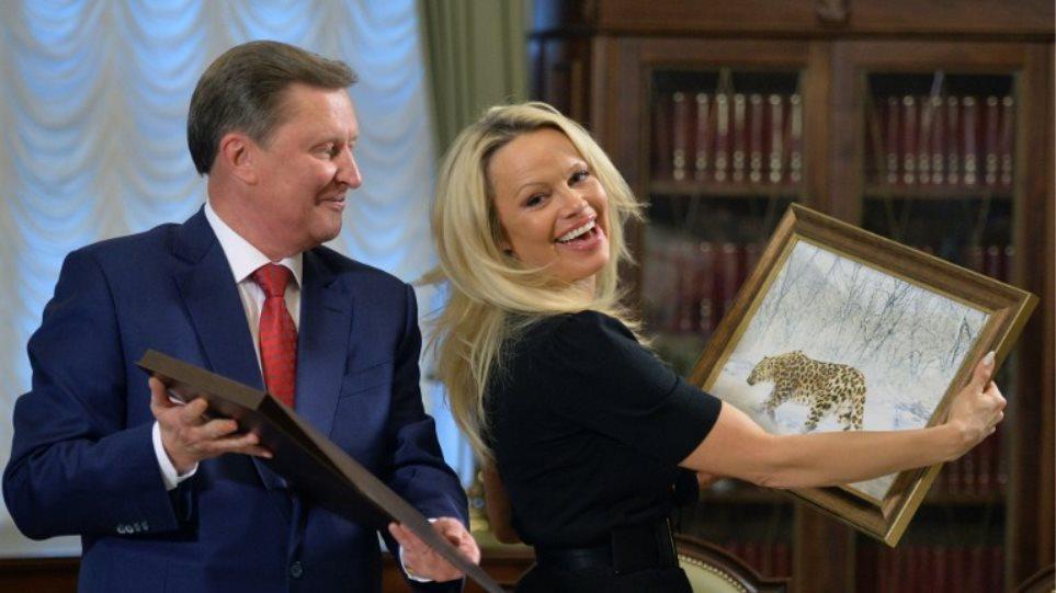 Η Πάμελα Άντερσον «κατακτά» το Κρεμλίνο: Με το δεξί χέρι του Πούτιν συναντήθηκε η χυμώδης καλλονή