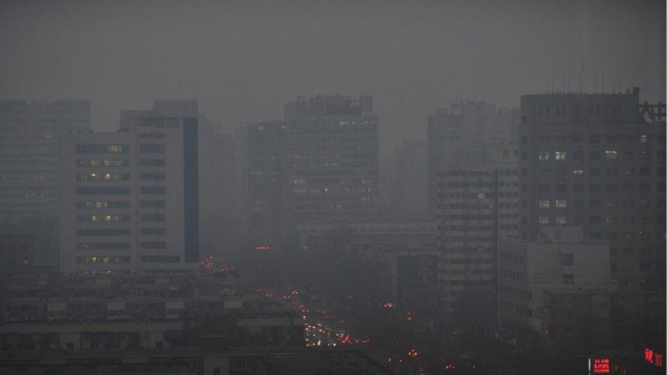 «Κόκκινος συναγερμός» λόγω μόλυνσης στο Πεκίνο για πρώτη φορά στην ιστορία
