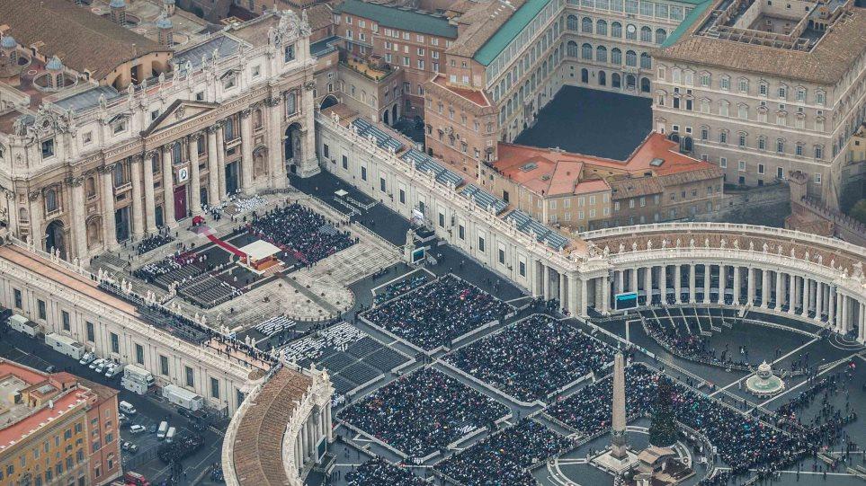 Φωτογραφίες: 50.000 πιστοί στο Βατικανό για την έναρξη του Ιωβηλαίου